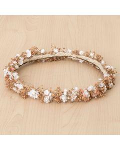 Corona con florecitas blancas y flor seca en tonos empolvados