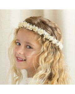 Corona con pequeñas rosas en tonos crudos y flor seca natural
