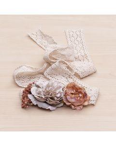 Fajín con cintas de ganchillo y flores grandes con gysophila-Crudo