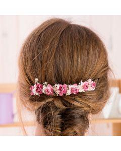 Niña con prendido con rosas y flor seca Rosa Francia