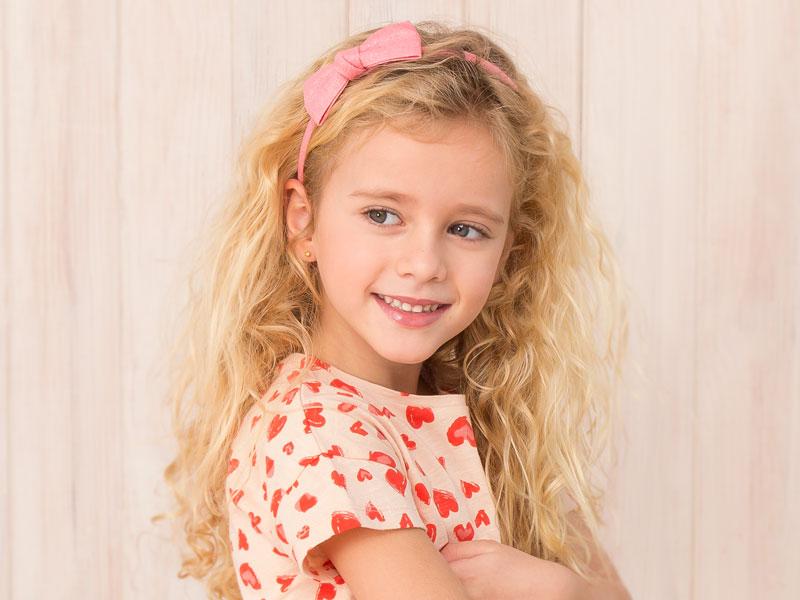 niña con lazo sencillo rosa sobre diadema